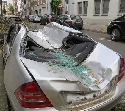 czerwone auto po wypadku