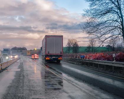 samochód ciężarowy w trasie
