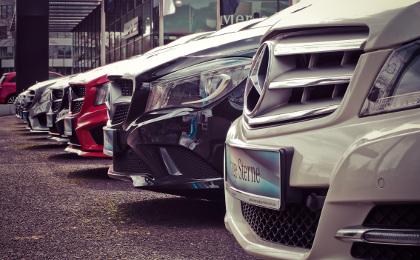 parking z luksusowymi autami
