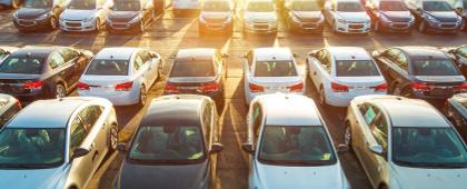 parking zapełniony autami