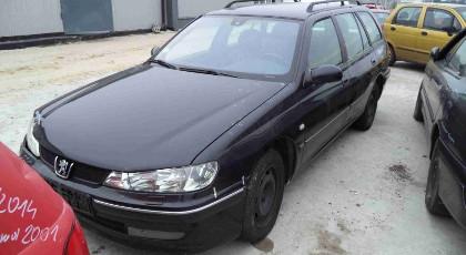 uszkodzone czarne auto w combi
