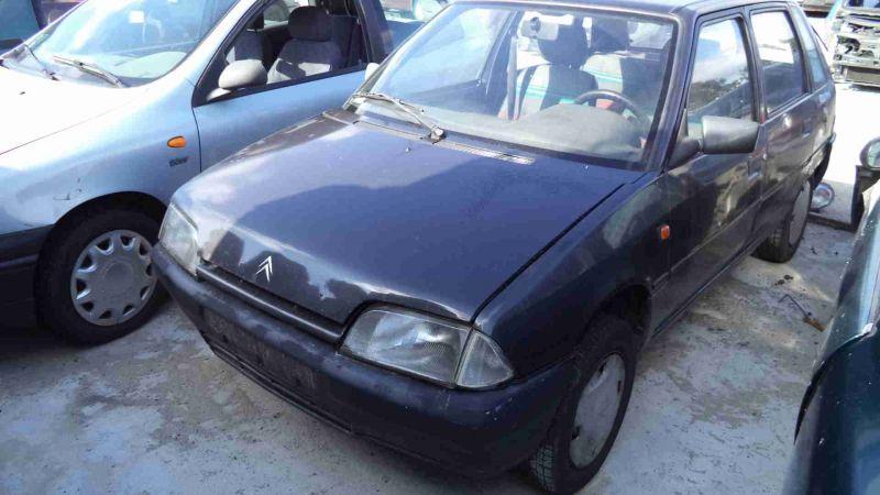 Granatowe auto