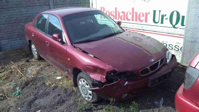 Czerwone uszkodzone auto