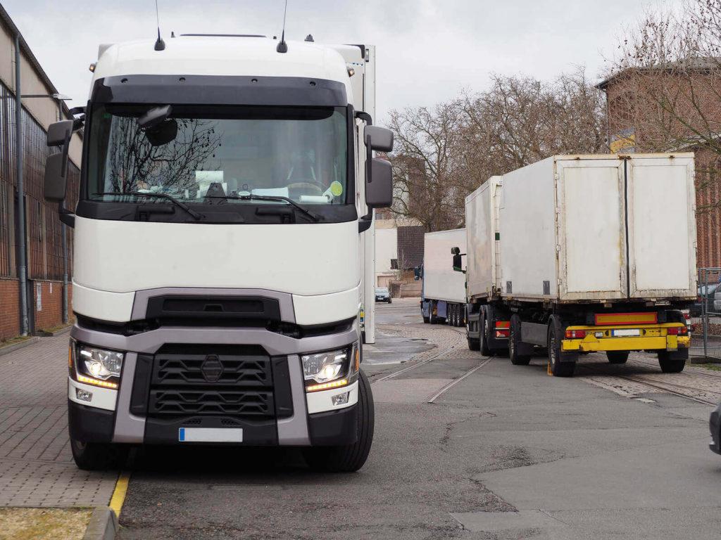 Białe auto cieżarowe renault