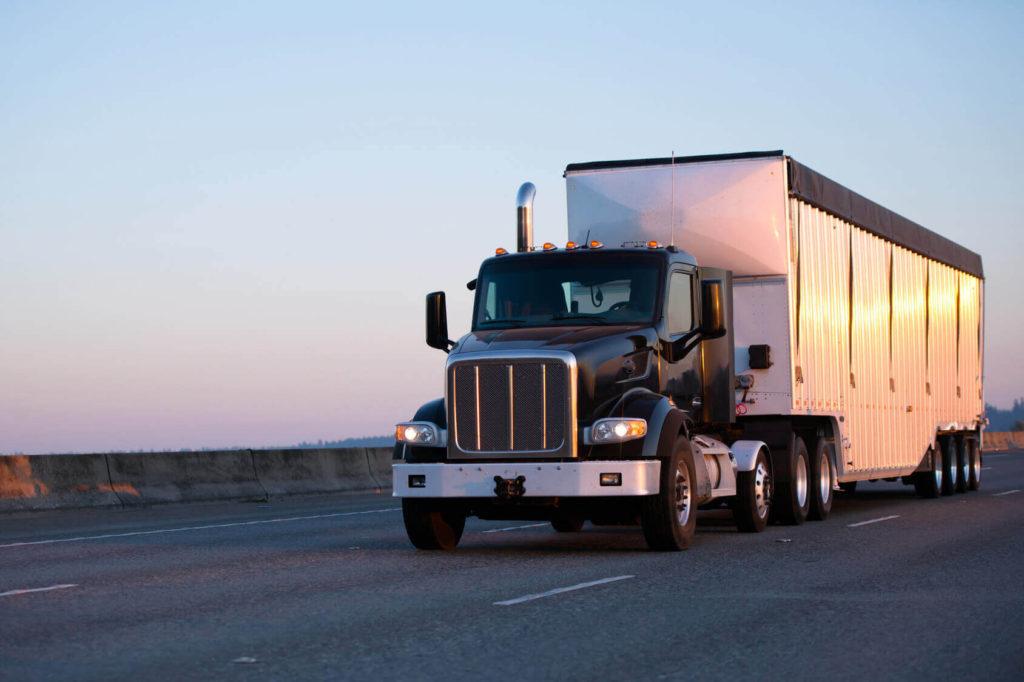 czarny samochód ciężarowy