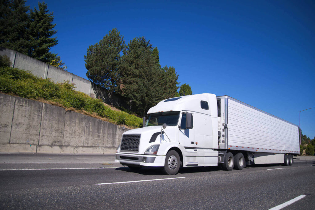 Białe auto ciężarowe Volvo