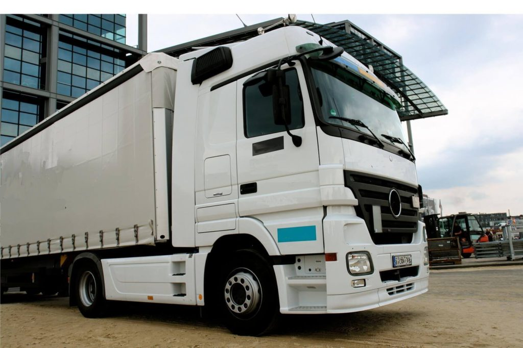 Biały samochód ciężarowy Mercedes