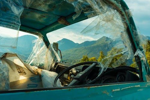 zniszczona furgonetka